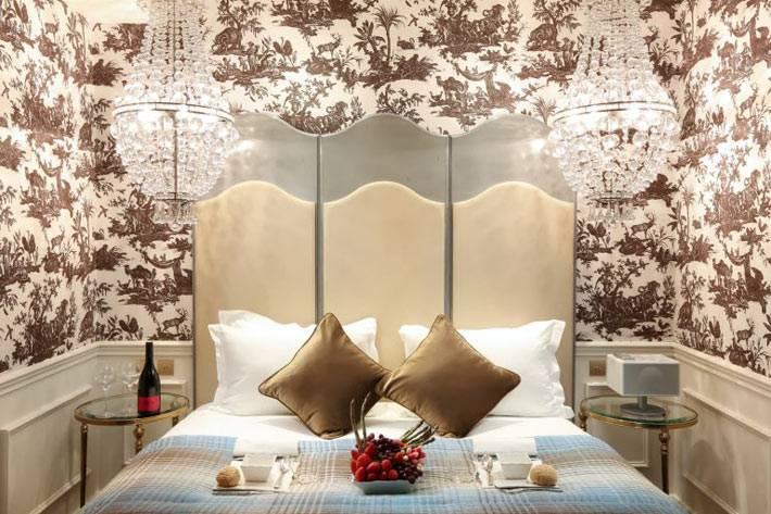 Подвесные хрустальные люстры возле кровати фото