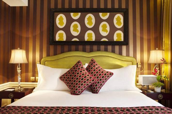 Вертикальная полоска в дизайне спальни в отеле фото