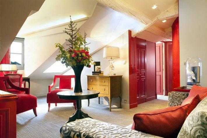мансарлный номер с красной мебелью фото