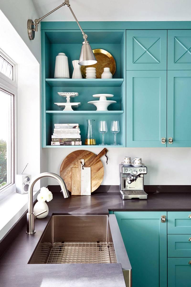 Дизайн бирюзовой кухни с открытыми полками фото