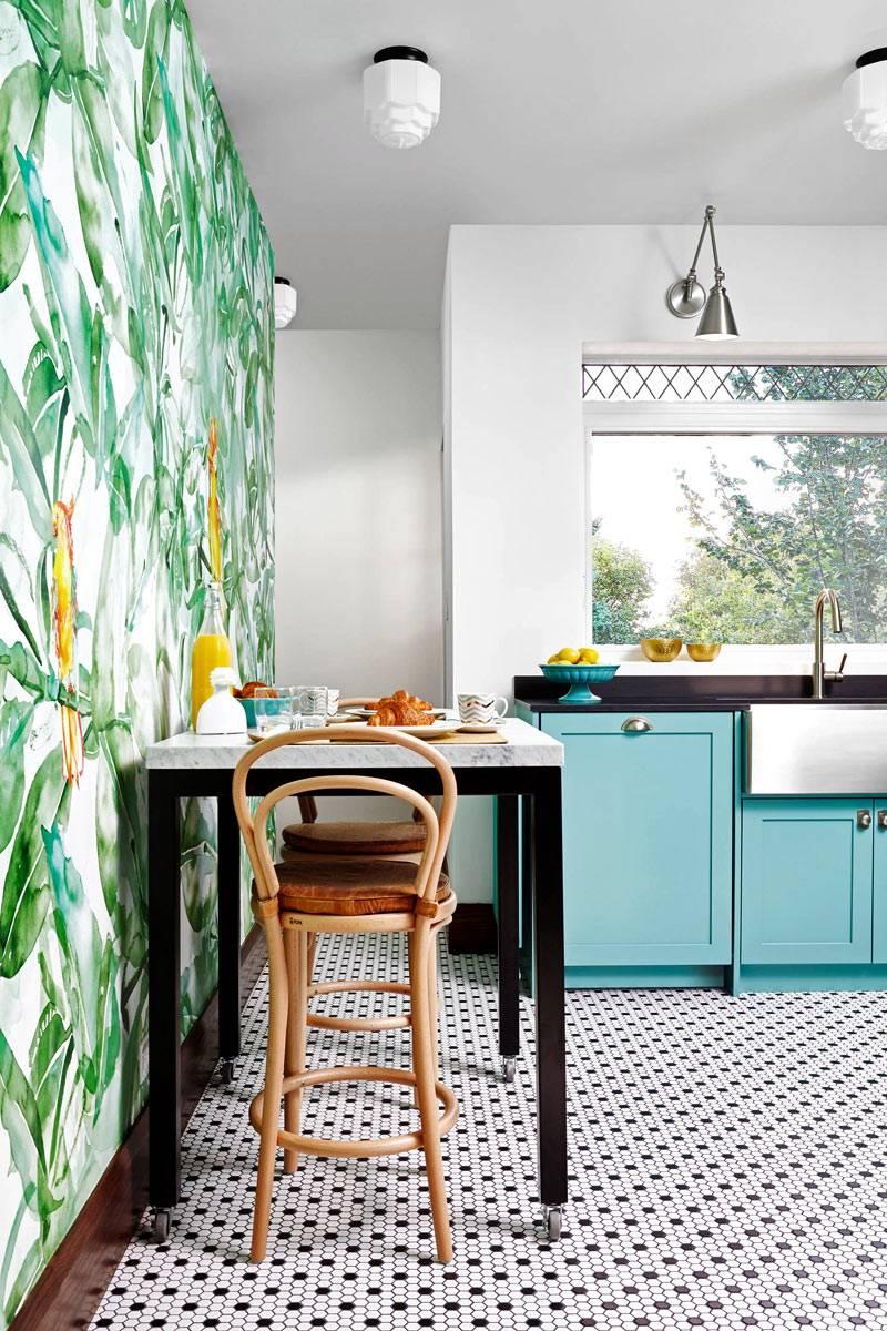 Флористический узор и изображения попугаев на стене кухни фото