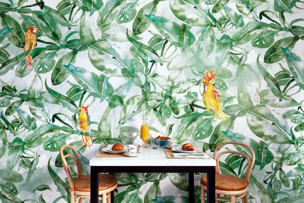 Осежающий рисунок зеленых джунглей на одной из стен кухни фото