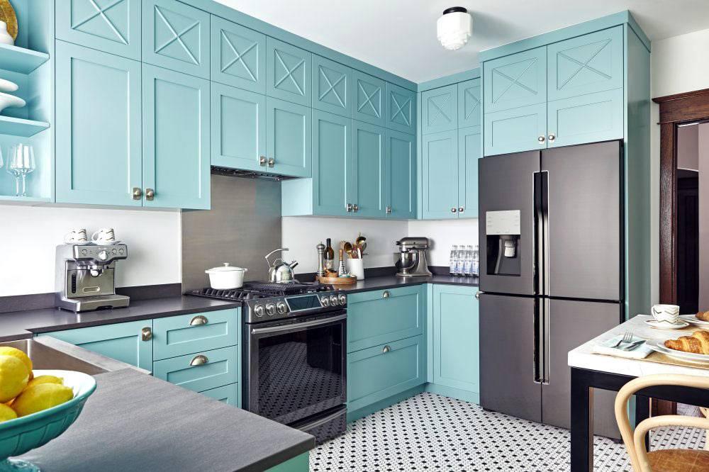 Бирюзовая кухонная мебель до самого потолка фото