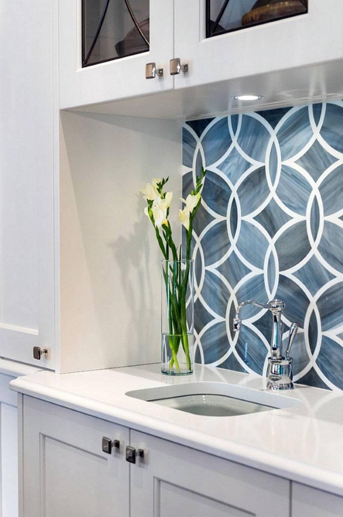красивый белый узор на синей плитке на кухне фото
