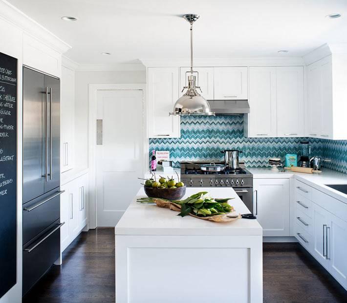 Белый интерьер кухни с бирюзовой плиткой в форме зигзага фото