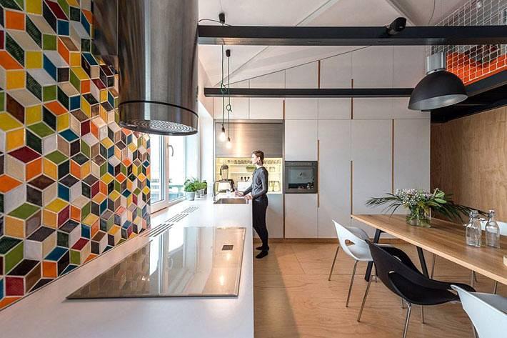 Плитка на кухню в форме разноцветных кубов фото