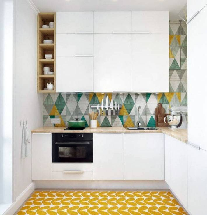 Облицовочная плитка с треугольниками на стене кухни фото