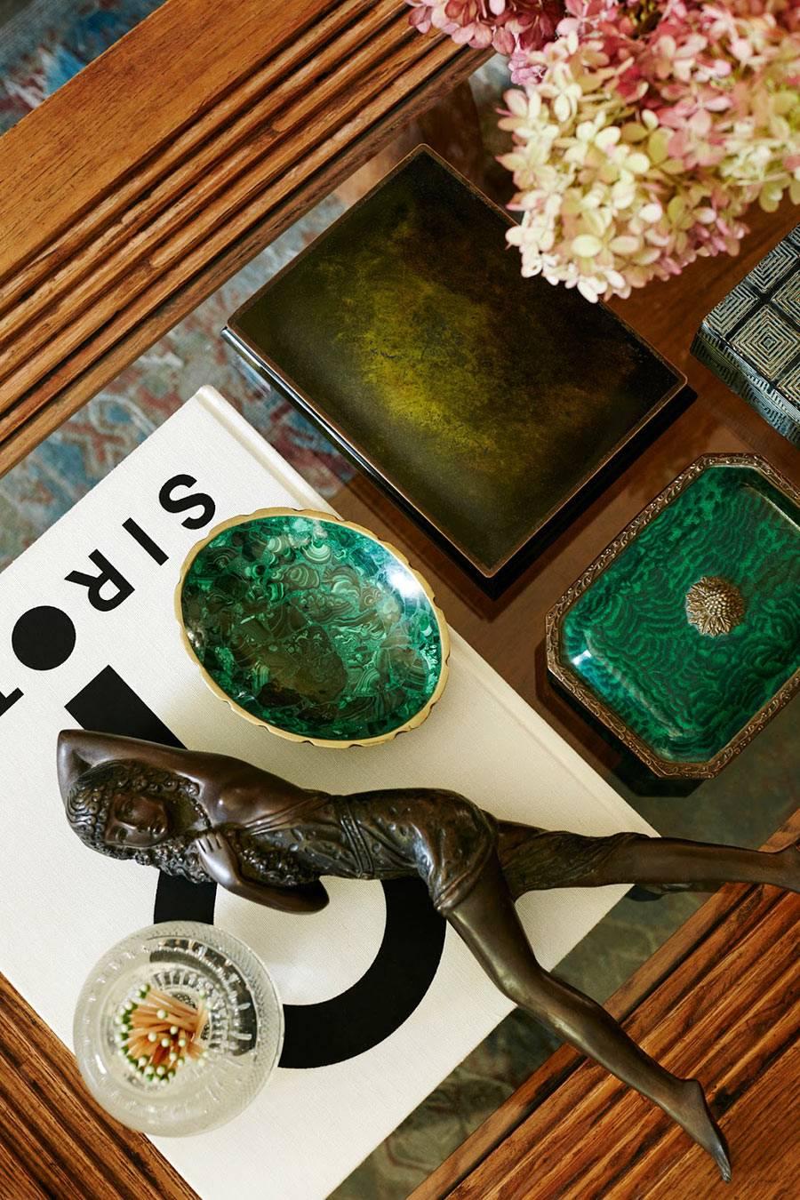 красивые шкатулки из малахита и других материалов на журнальном столе