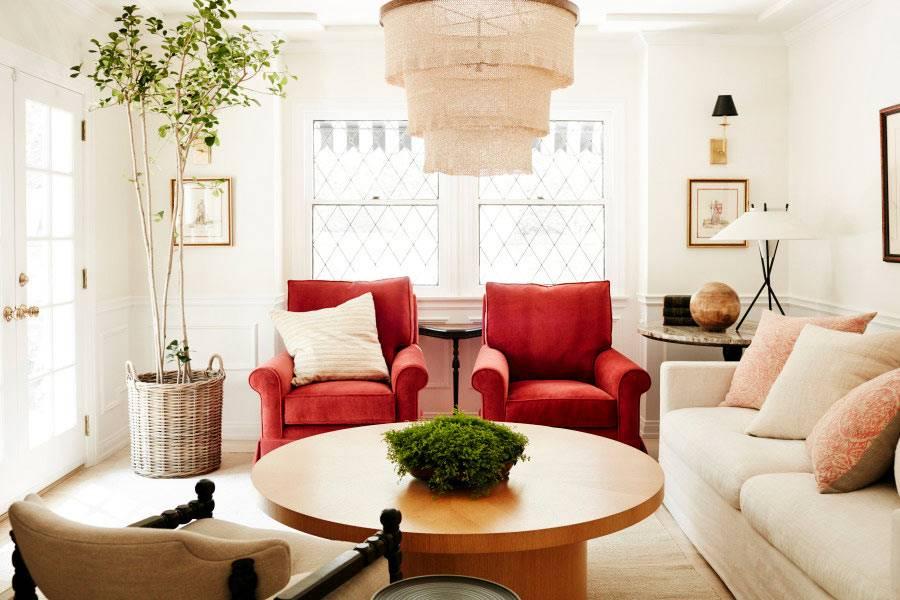 гостиная комната в бежевых тонах с ярко-красными креслами