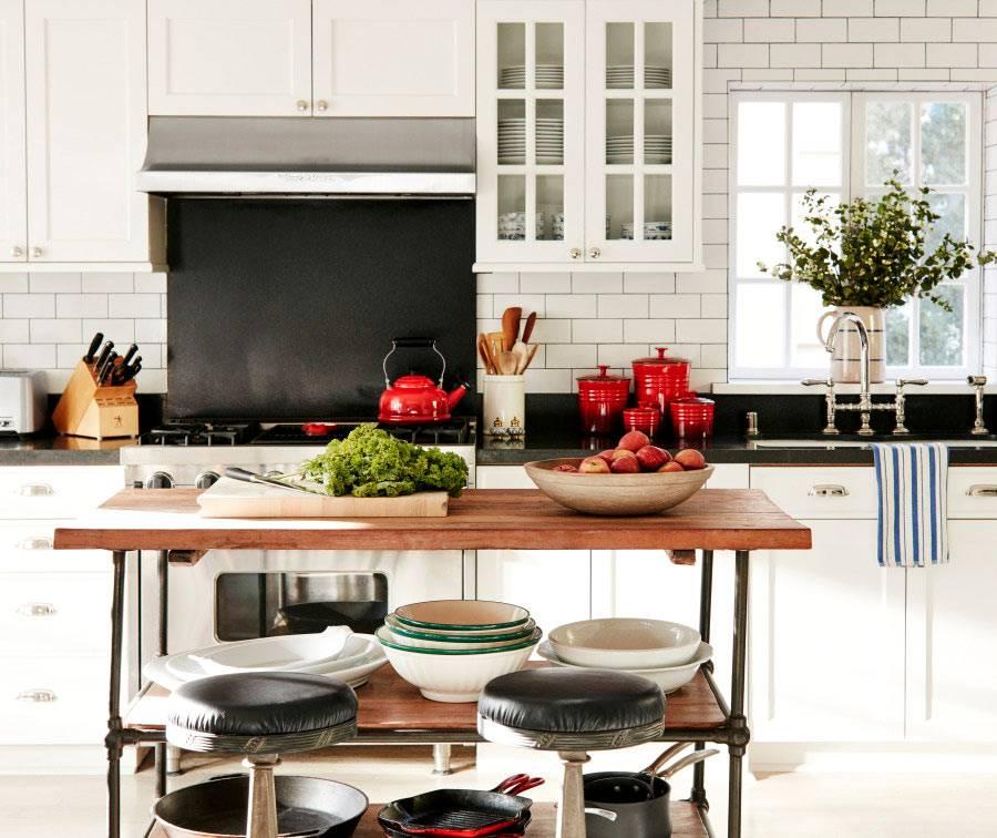 сочетание светлого дерева и белого цвета кухонных панелей фото