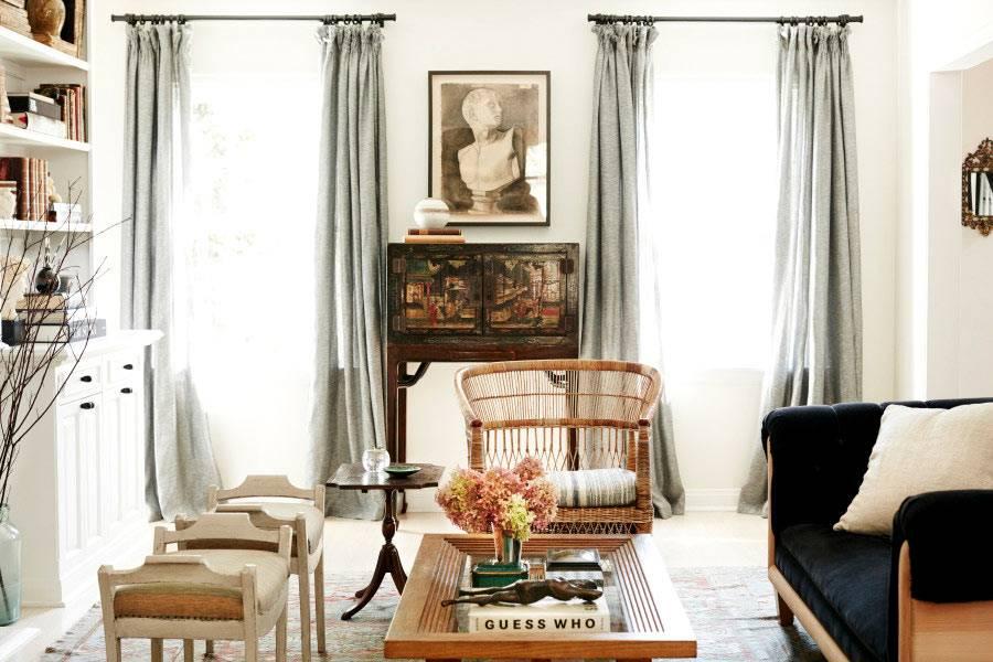 дизайн гостиной с ретро элементами и серыми шторами фото