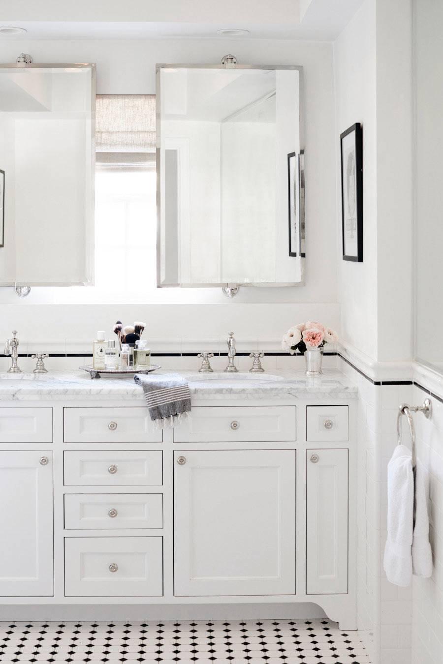 Утонченный интерьер ванной комнаты, оформленный в белом цвете