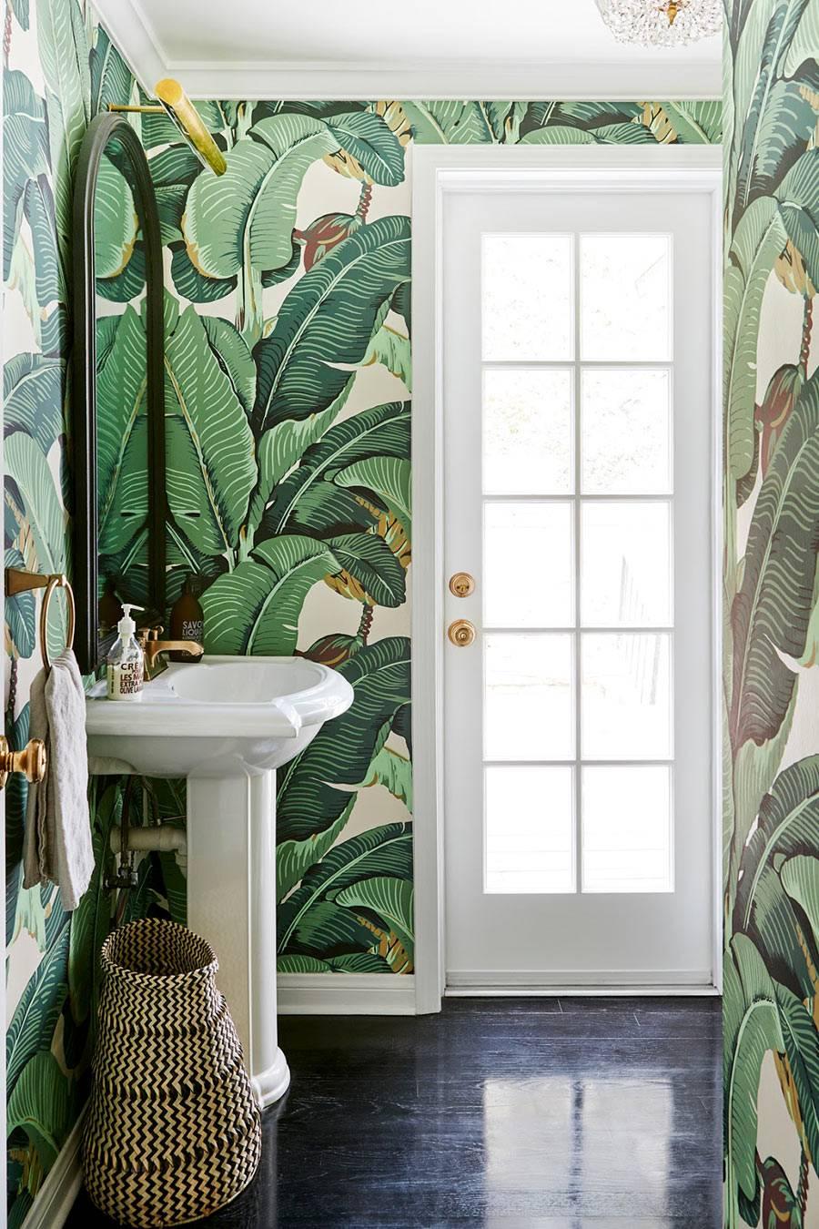 зеленые обои с рисунком тропической зелени фото