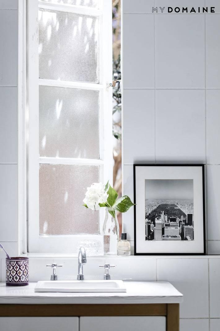 раковина в ванной комнате расположена под окном