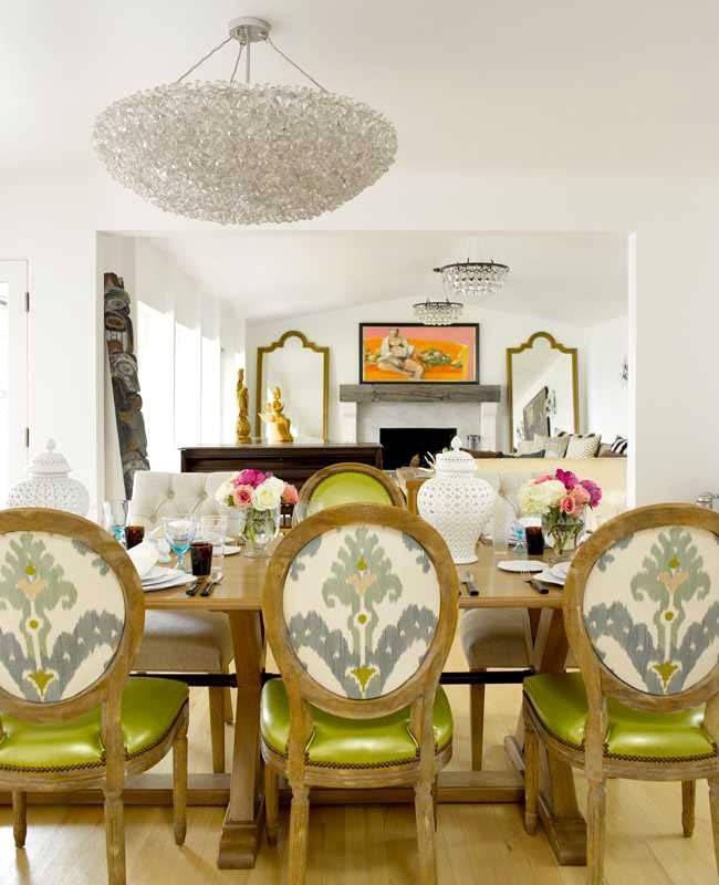 зеленые обеденные стулья и красивые рамы для зеркал в комнате