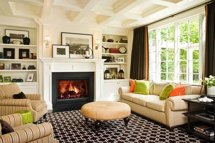 уютная гостиная комната с камином от Graciela Rutkowski фото