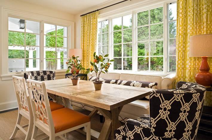 панорамный вид из окна с желтыми шторами у обеденного стола