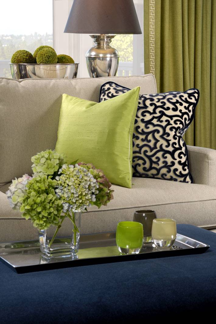 зеленый цвет текстиля и посуды освежает интерьер дома