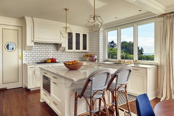 стена из белого кирпича на кухне с золотыми лампами