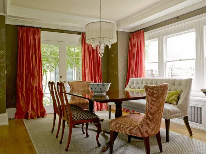 красные шторы и зеленые стены в комнате фото