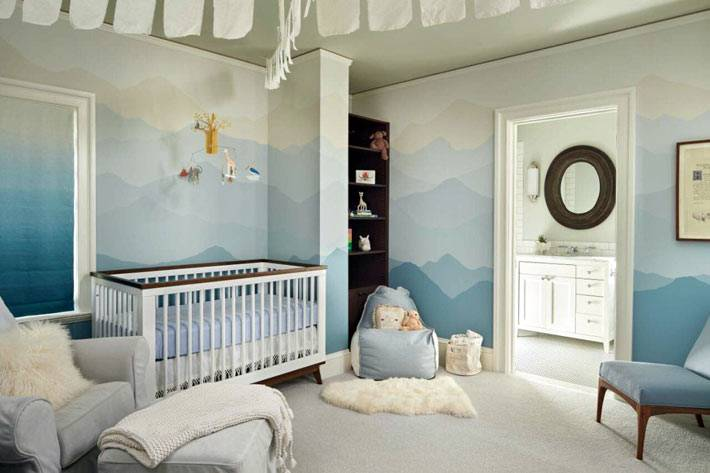 стены детской комнаты распасаны вручную художником