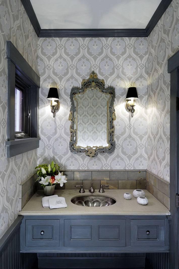 милая ванная комната с серыми обоями и окном