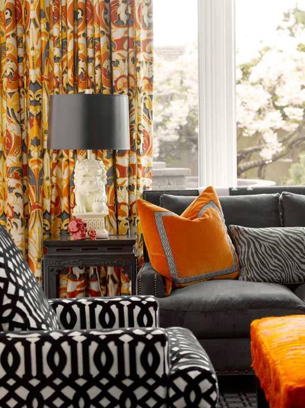 орандевый цвет дополняет серую мягкую мебель в доме