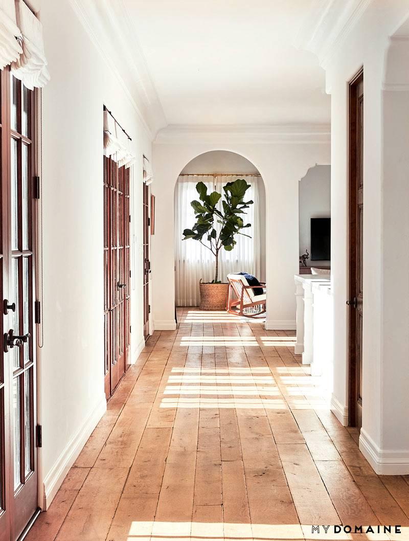 Высокие потолки и арочные проемы в интерьере дома