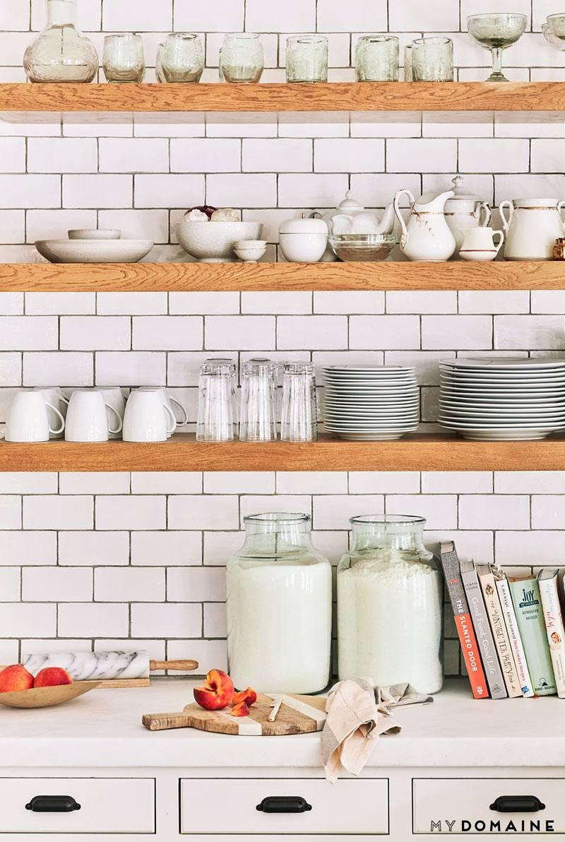 хранение посуды на открытых полках на кухне фото