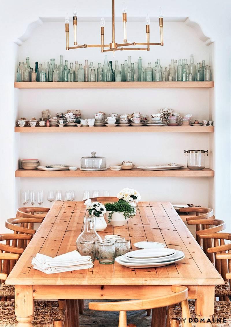 Деревянный обеденный стол возле арочной ниши на кухне фото