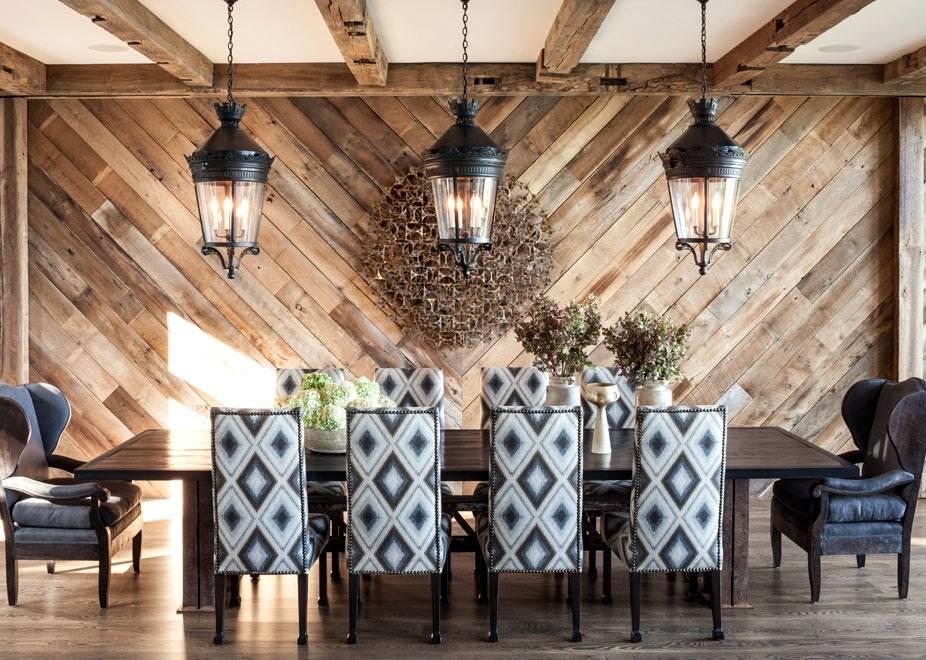 Дизайн столовой комнаты с паркетными досками на стене фото