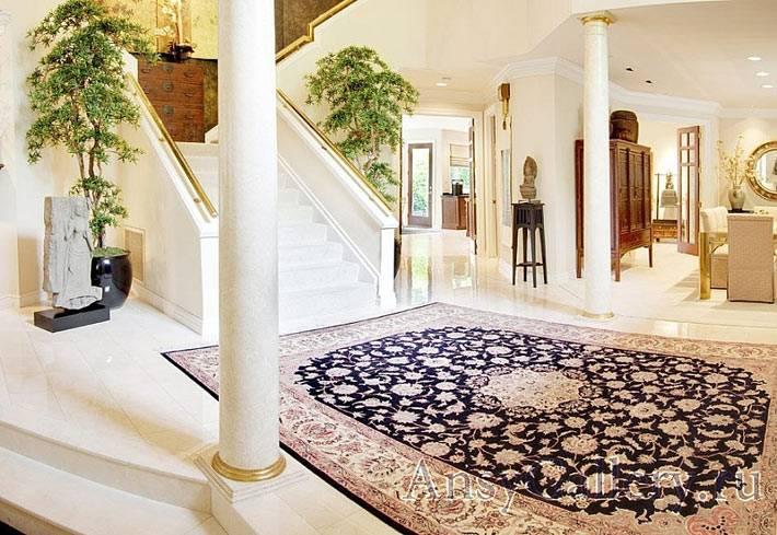 Красивый индийский ковер в холле дома фото