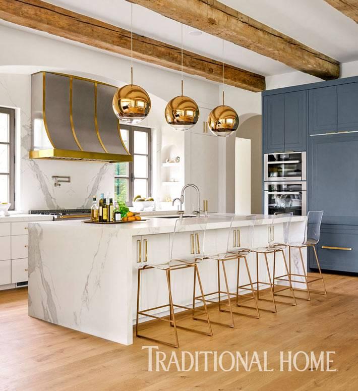 модные золотистые подвесные люстры-шары в интерьере кухни фото