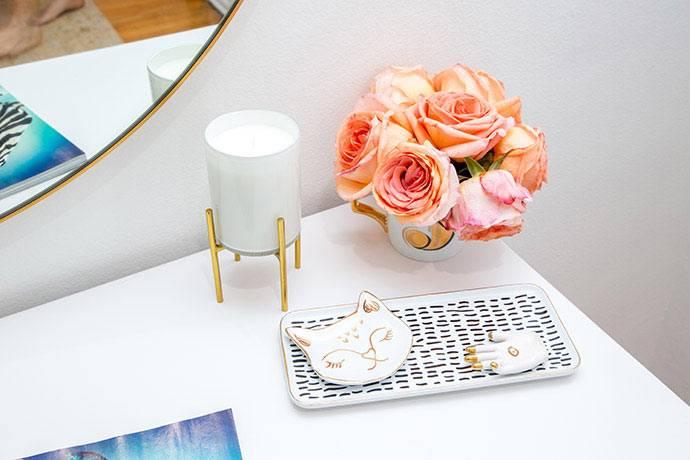 Живые цветы и милые вещицы на туалетном столике фото