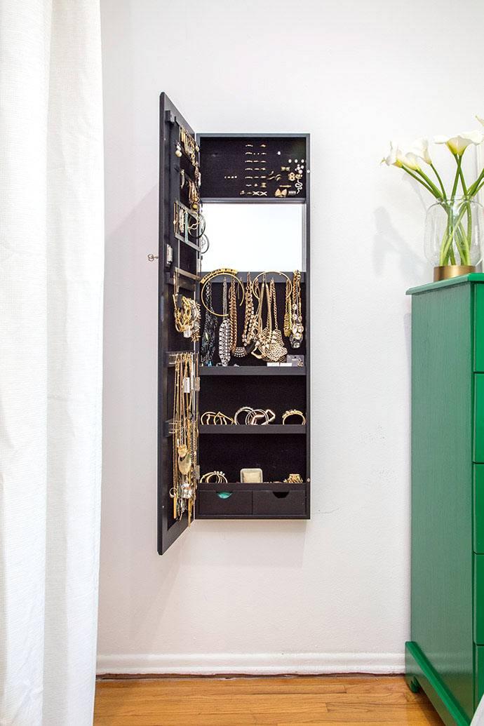 отдельный шкафчик для хранения украшений и бижутерии фото