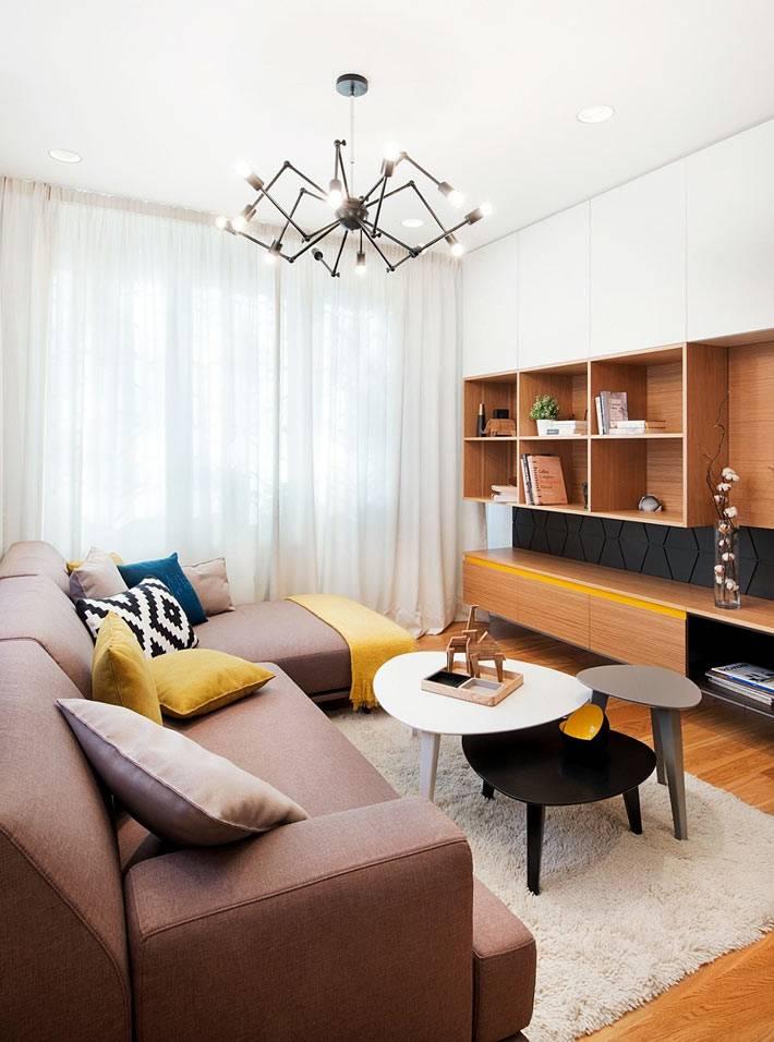 угловой диван и модульный стол из трех столиков в гостиной фото