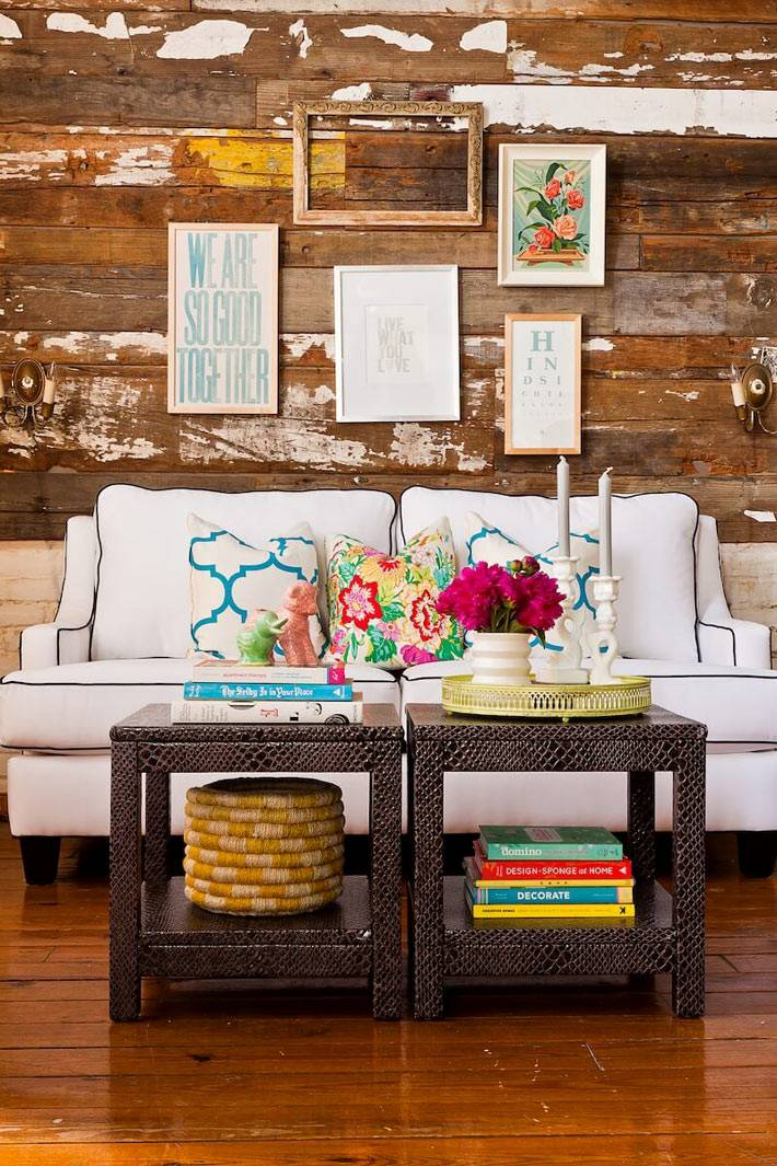 Дизайн гостиной комнаты с деревянной стеной и двумя одинаковыми столиками фото