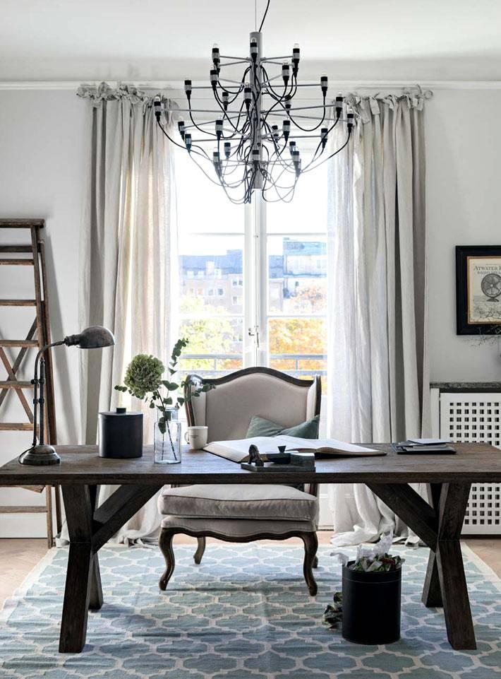 дизайн домашнего офиса с деревянным столом и красивым креслом фото