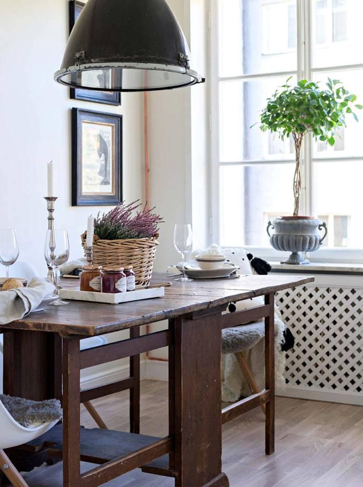старинный деревянный стол и рабочая лампа в интерьере столовой