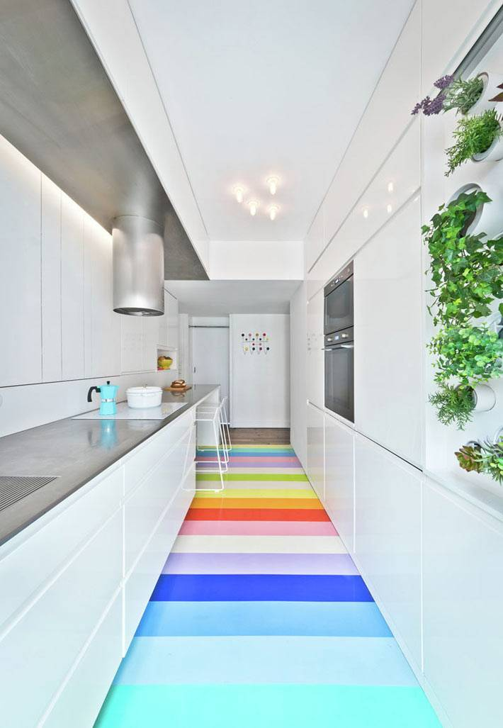 Белый интерьер кухни с яркими полосками на полу фото
