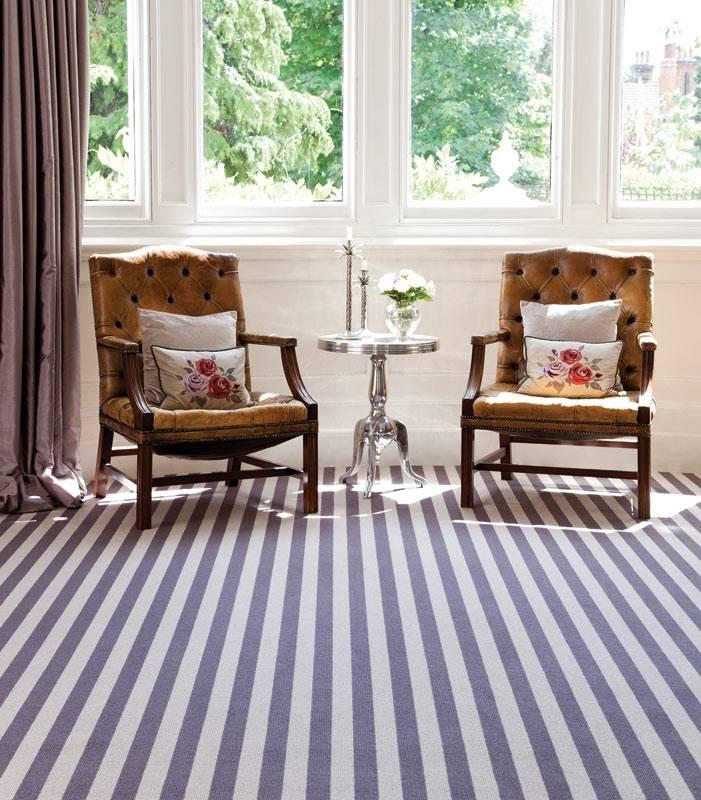 ковровое покрытие в серую и белую полоски в интерьере гостиной