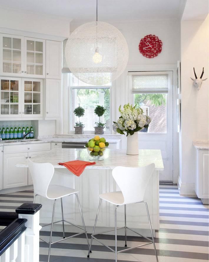 Серая полоска на полу в интерьере белой кухни фото