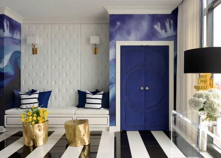 Современный дизайн комнаты с синими стенами и полосатым полом фото