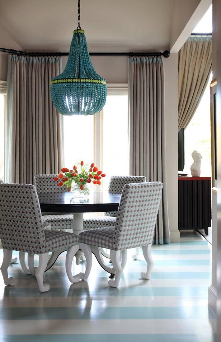 Дизайн столовой зоны со светлым полосатым полом фото
