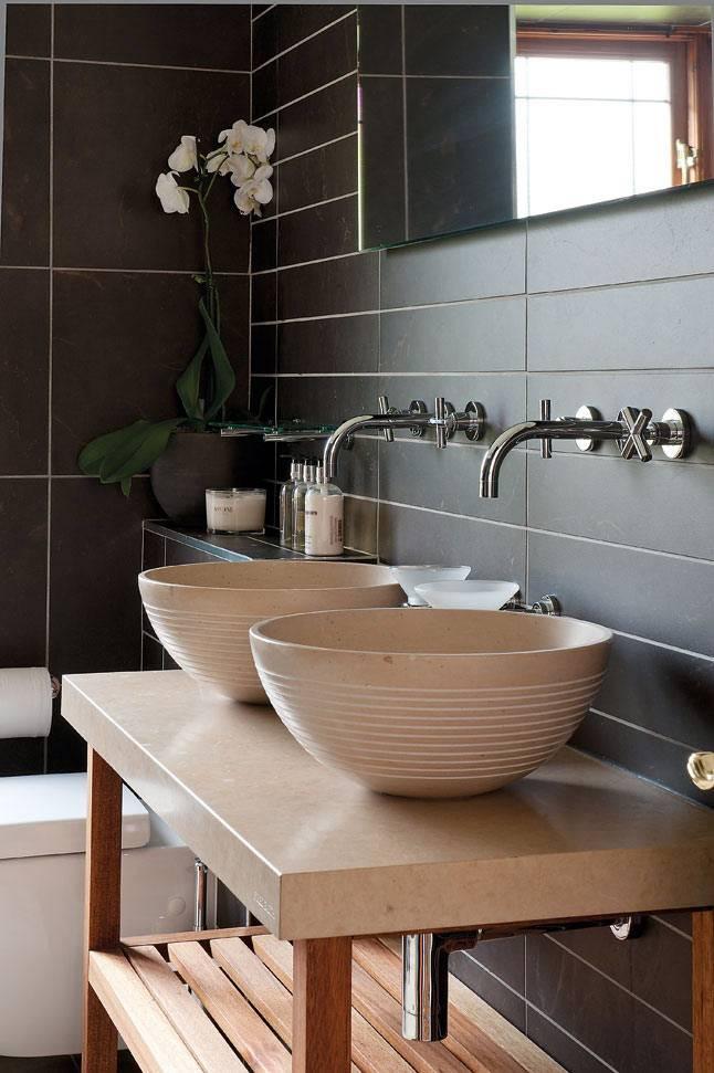 Черная плитка в дизайне ванной с двумя умывальниками фото