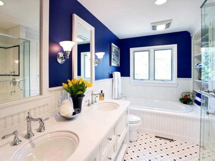Красивый дизайн ванной комнаты в бело-синем оформлении фото