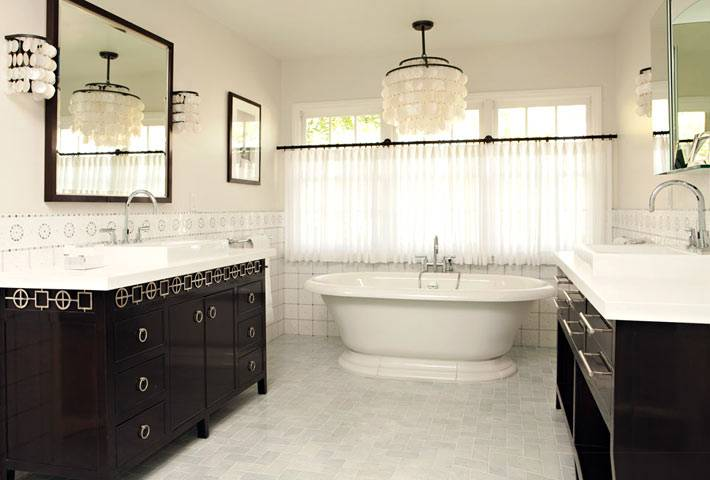 Две раздельные тумбы с умывальниками в ванной комнате фото