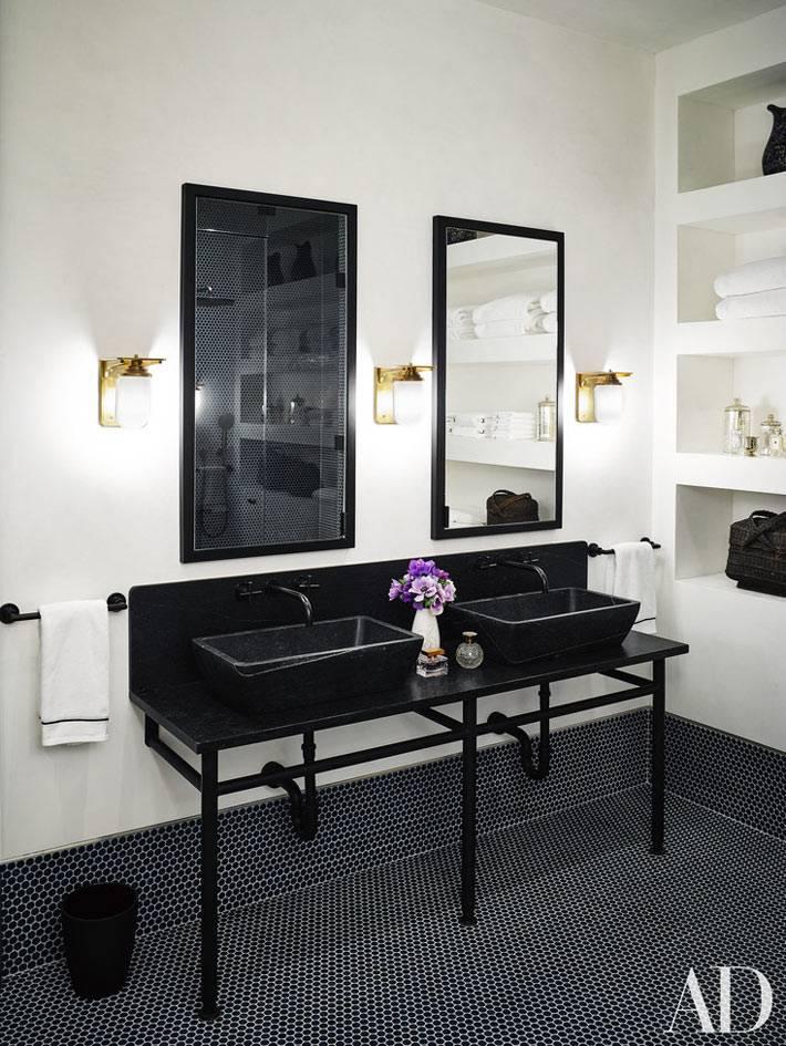 Два черных каменных умывальника в одной ванной комнате фото