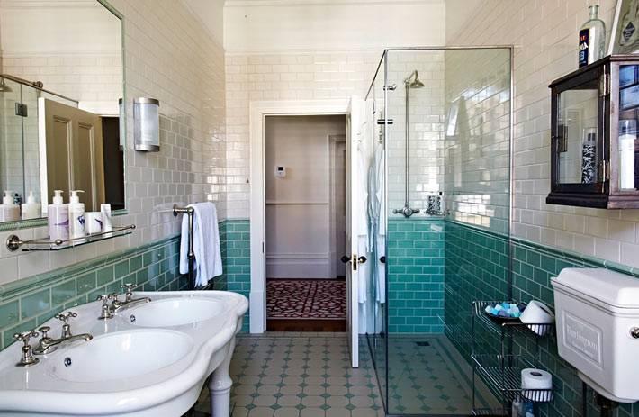 Ванная комната в стиле ретро с двойным умывальником фото