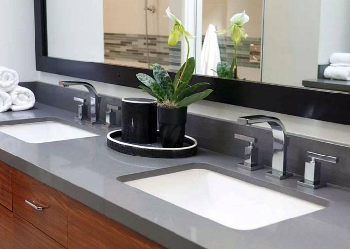 Дизайн ванной в стиле хай-тек с двумя умывальными раковинами фото